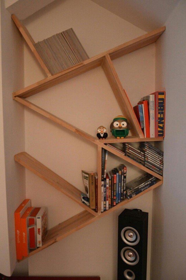 Mini libreria per la mansarda mensole in composizione