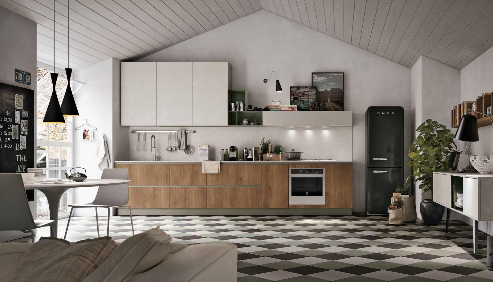 La cucina con il frigorifero freestanding Un evergreen