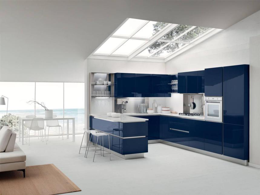Oyster di Veneta Cucine piano agglomerato di quarzo bianco, ante blu