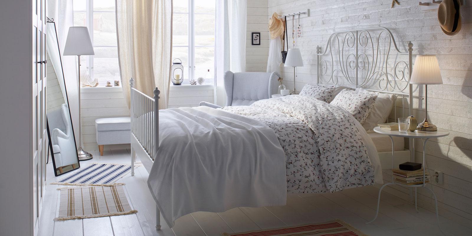 armadio barocco in legno noce intarsiato rivisitato in stile shabby chic colore bianco. Camera Shabby Chic Dal Letto Allo Specchio Cose Di Casa