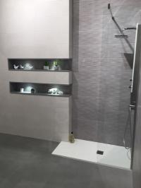 Badezimmer in Betonoptik #bad #ablage #fliesen #dusc...