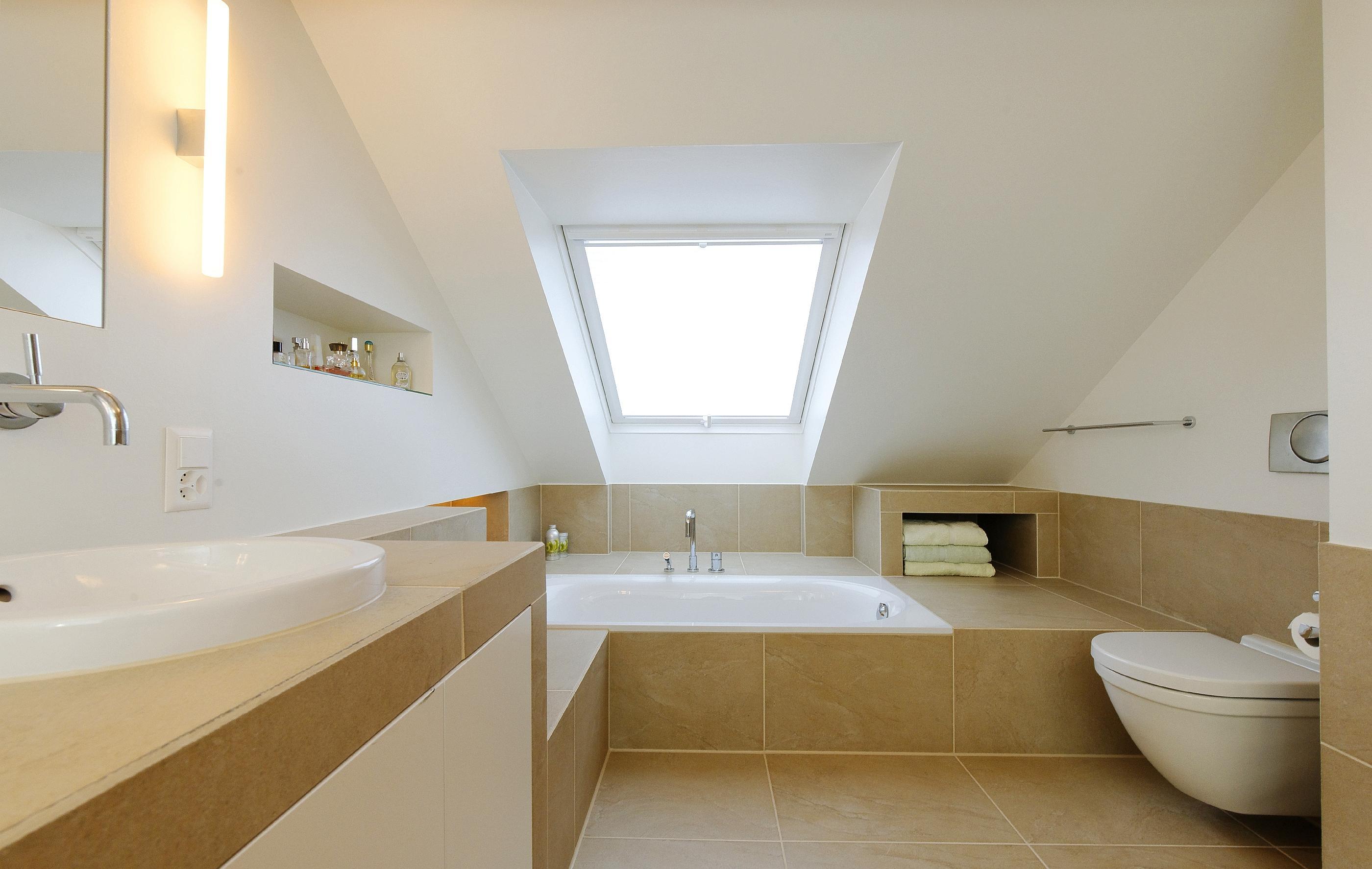 Badezimmer Umbau dachschrge dachfenster fliesen
