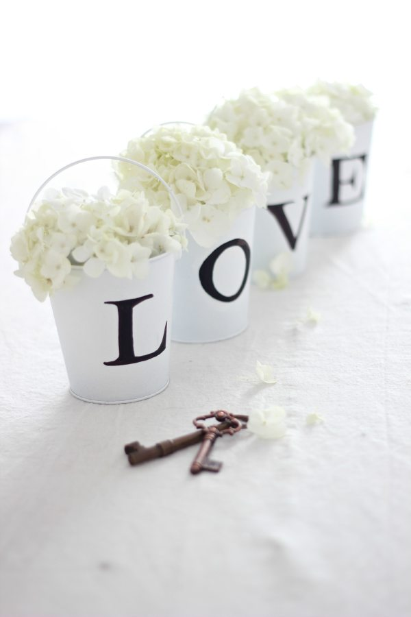 22 Eye-Catching & Inexpensive DIY Wedding Centerpieces: Love Buckets Centerpiece Idea | thegoodstuff