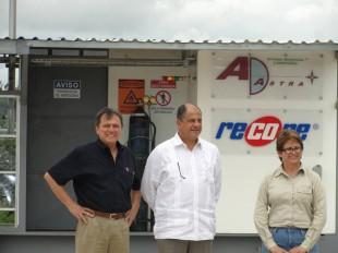 Franklin Chang, de Ad Astra Rocket junto con el presidente Luis Guillermo Solís y la jerarca de Recope, Sara Salazar. Tomada del Facebook de Ad Astra Rocket