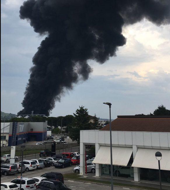 Vasto incendio alla Orim Piediripa invasa dal fumo