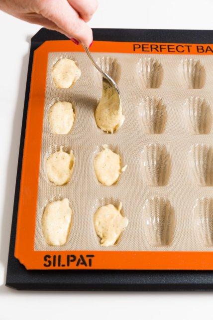 Llenado de mini moldes de madeleine