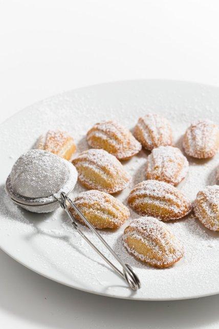 Mini magdalenas espolvoreadas con azúcar en polvo