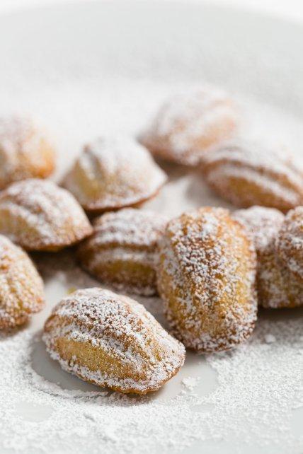 Mini Madeleines espolvoreadas con azúcar en polvo