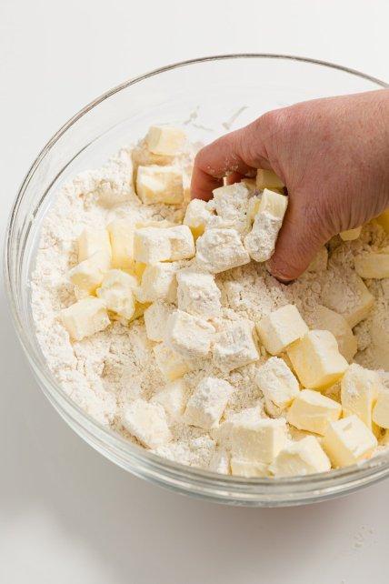 Mezclando mantequilla fría a mano