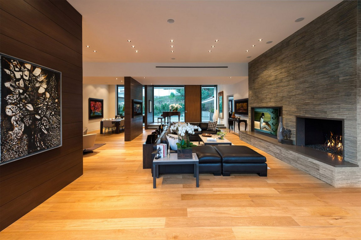 Exclusive Beverly Hills Residence Offers Lovely Terrace