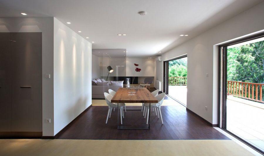 Stylish Glass Screens And Sleek Design Shape Smart Greek