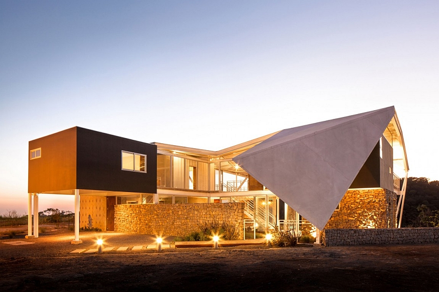 Casa Piscucha Mesmerizes With A Sculptural Roof And