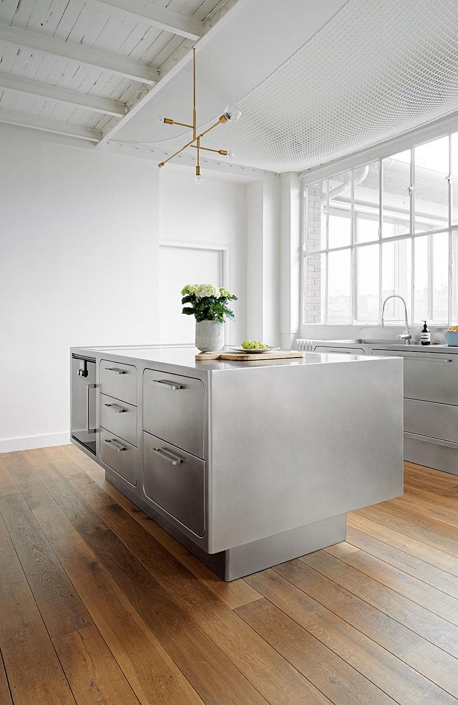 Sizzling Stainless Steel Kitchen Brings Home Professional