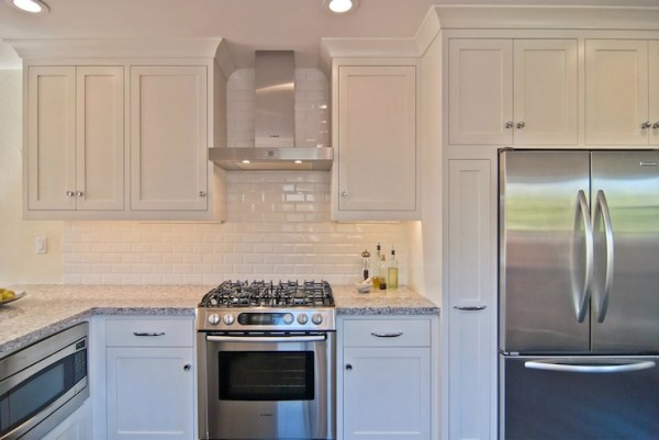 white kitchen cabinets with subway tile backsplash Glossy White Subway Tile Backsplash Design Ideas
