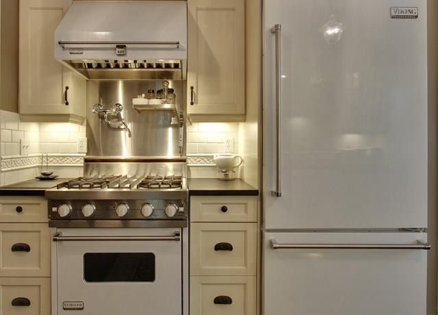 White Viking Range Transitional Kitchen