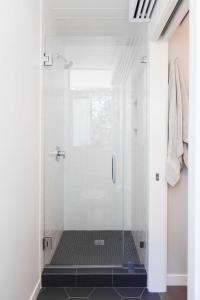 White Shower with Black Hex Tile Shower Floor ...