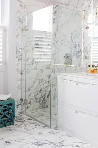 White and Gray Marble Bathroom Floor Tiles Continue Into ...