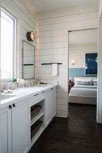 Turquoise Nautical Bathroom - Cottage - Bathroom