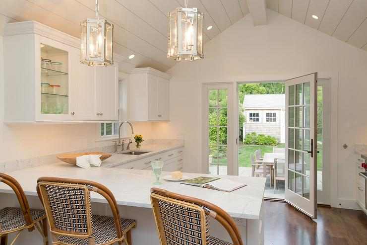 L Shaped Cottage Kitchen with Rattan Peninsula Stools