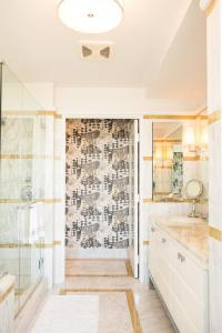 White Bathroom tiles with Gold Glass Border Tiles ...
