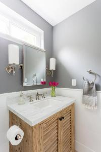 Horizontal Wainscoting - Transitional - bathroom - Deluxe ...