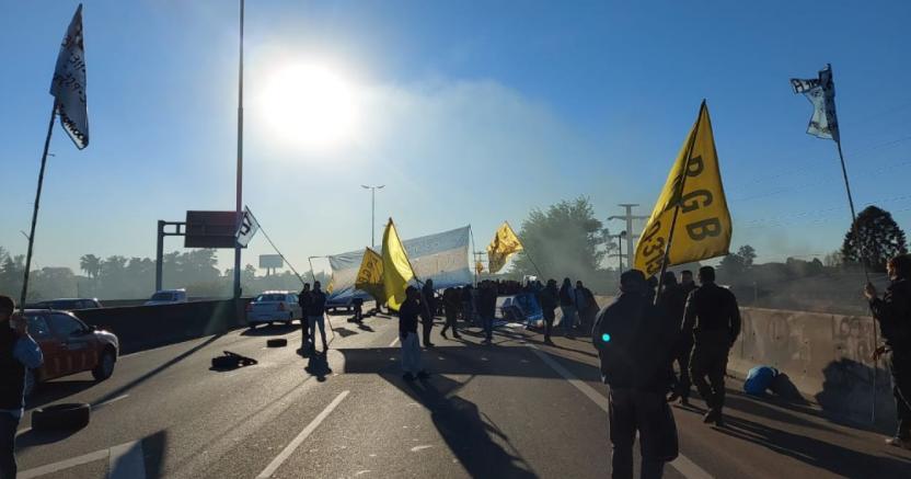 Nueva jornada de protestas en la Ciudad: colectiveros y lecheros cortan calles y generan un caos de tránsito