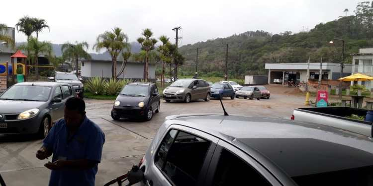 Fearing shortages, consumers line up at service stations in Jaraguá - Credit: Disclosure