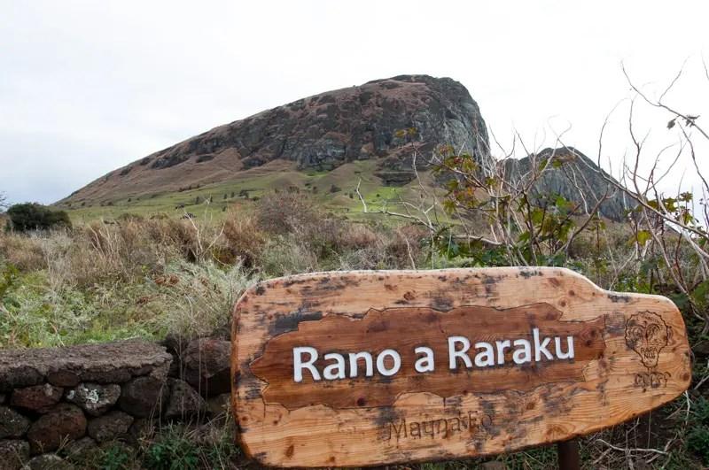 A linha de montagem das estátuas era o vulcão Rano Raraku na região leste da ilha