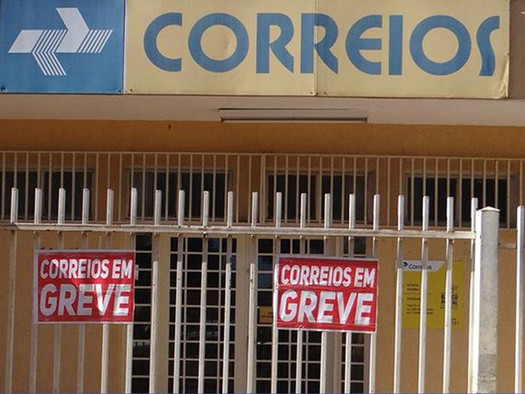 Resultado de imagem para Funcionários dos Correios entram em greve no país por tempo indeterminado