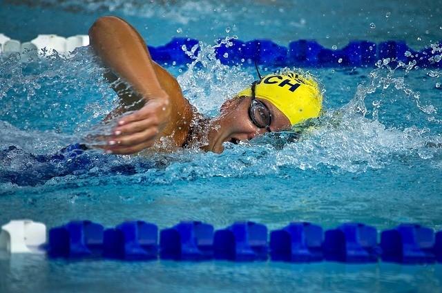înotător în piscină