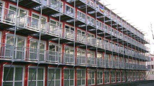 Keetwonen, Bangunan Peti Kemas Pertama