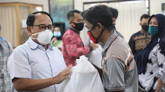 Pemkab Blitar Serahkan Bansos Kepada Seniman dan Pelaku Usaha Wisata Terdampak Covid-19