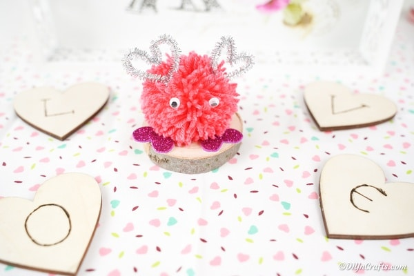 "Pom pom-monster op wit polka dot-oppervlak ""width ="" 600 ""height ="" 400 ""srcset ="" https://cdn.diyncrafts.com/wp-content/uploads/2020/01/Pom-Pom-Monster-17. jpg 600w, https://cdn.diyncrafts.com/wp-content/uploads/2020/01/Pom-Pom-Monster-17-300x200.jpg 300w ""sizes ="" (max-breedte: 600px) 100vw, 600px"