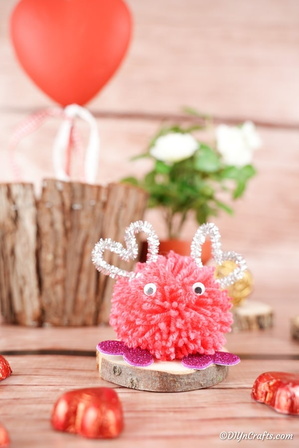 "Valentijnsdag pom pom monster voor houten stronk ""width ="" 600 ""height ="" 900 ""srcset ="" https://cdn.diyncrafts.com/wp-content/uploads/2020/01/Pom-Pom-Monster- 23.jpg 600w, https://cdn.diyncrafts.com/wp-content/uploads/2020/01/Pom-Pom-Monster-23-200x300.jpg 200w ""sizes ="" (max-breedte: 600px) 100vw, 600px"