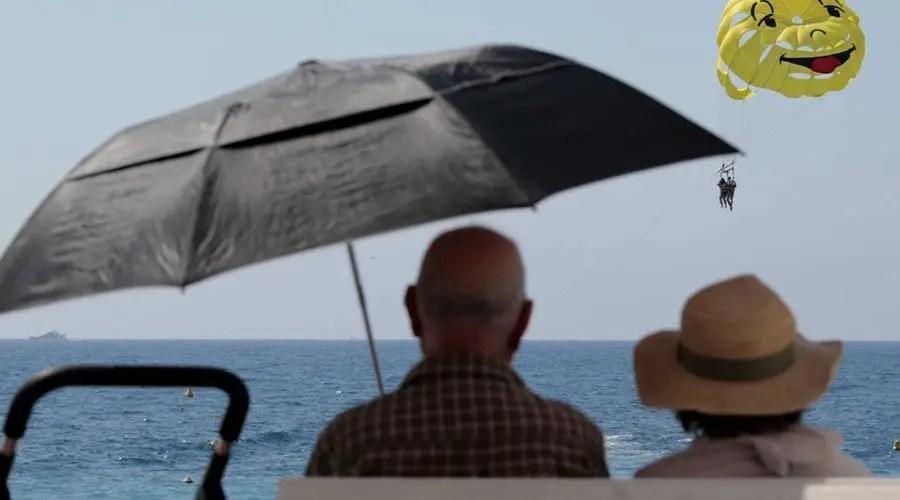 عجوزين على الشاطئ