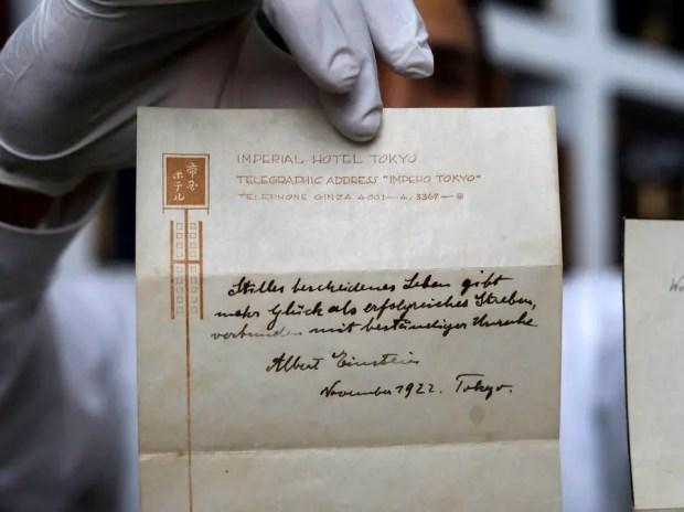 ملاحظة (آلبرت آينشتاين) المدونة بخط يده على ورقة كناشة (الفندق الإمبراطوري) في اليابان حول السعادة، التي بيعت مقابل مبلغ 1.5 مليون دولار