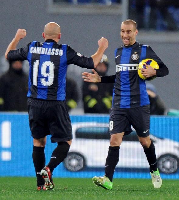 Cambiasso festeggia Palacio per il gol