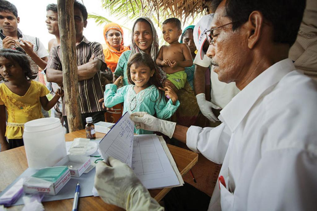 A public health officer treats patients at a mobile malaria clinic in Sri Lanka (Courtesy: Government Of Sri Lanka)