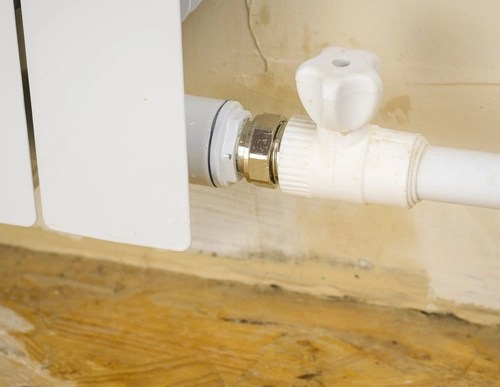 do clogged pipes cause water leakage