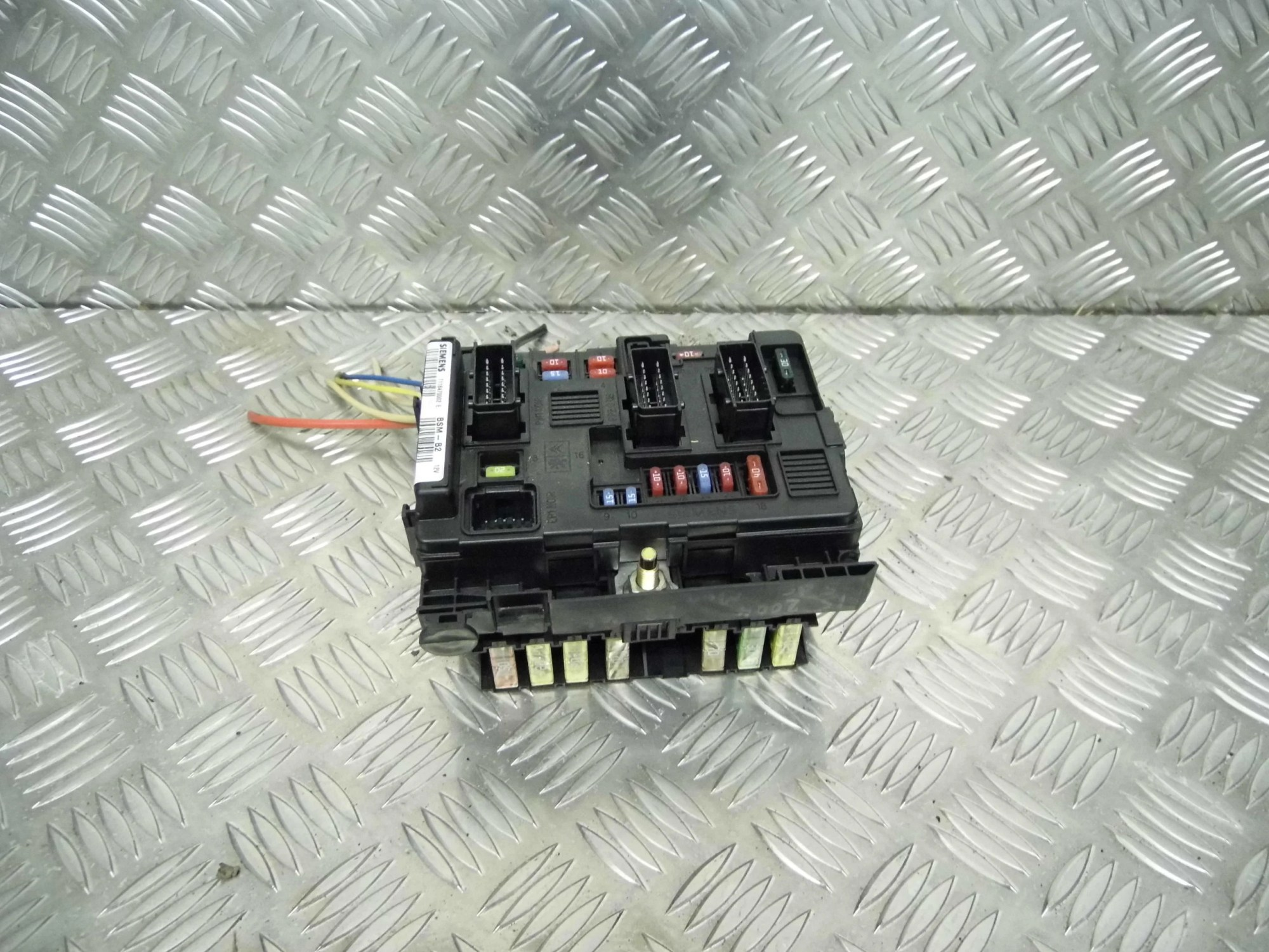hight resolution of 2004 peugeot 206 hatchback under bonnet fuse box front view