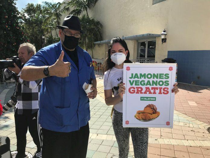 Regalan jamón vegano a latinos de Miami para que se compadezcan del lechón