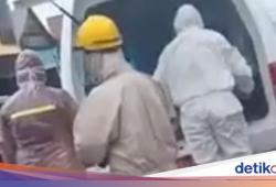 Heboh Wanita di Polman Tergeletak di Sisi Jalan Dievakuasi Petugas Pakai APD