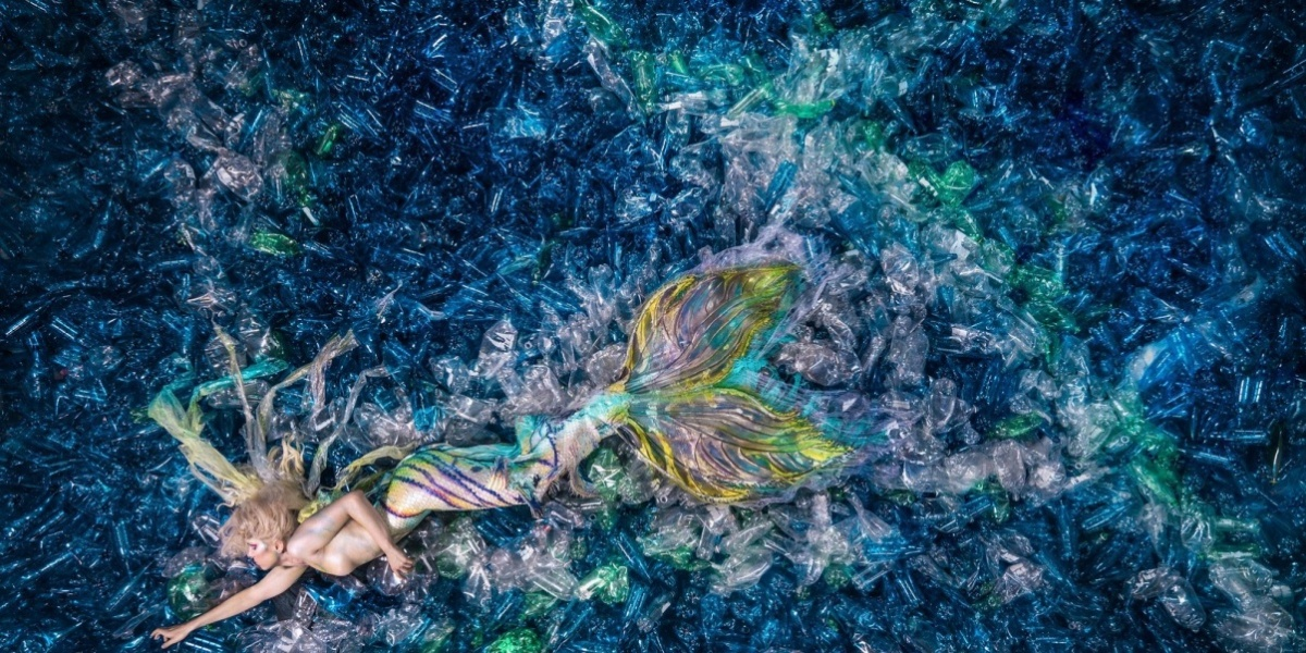Meerjungfrauen in einem Meer aus Plastik