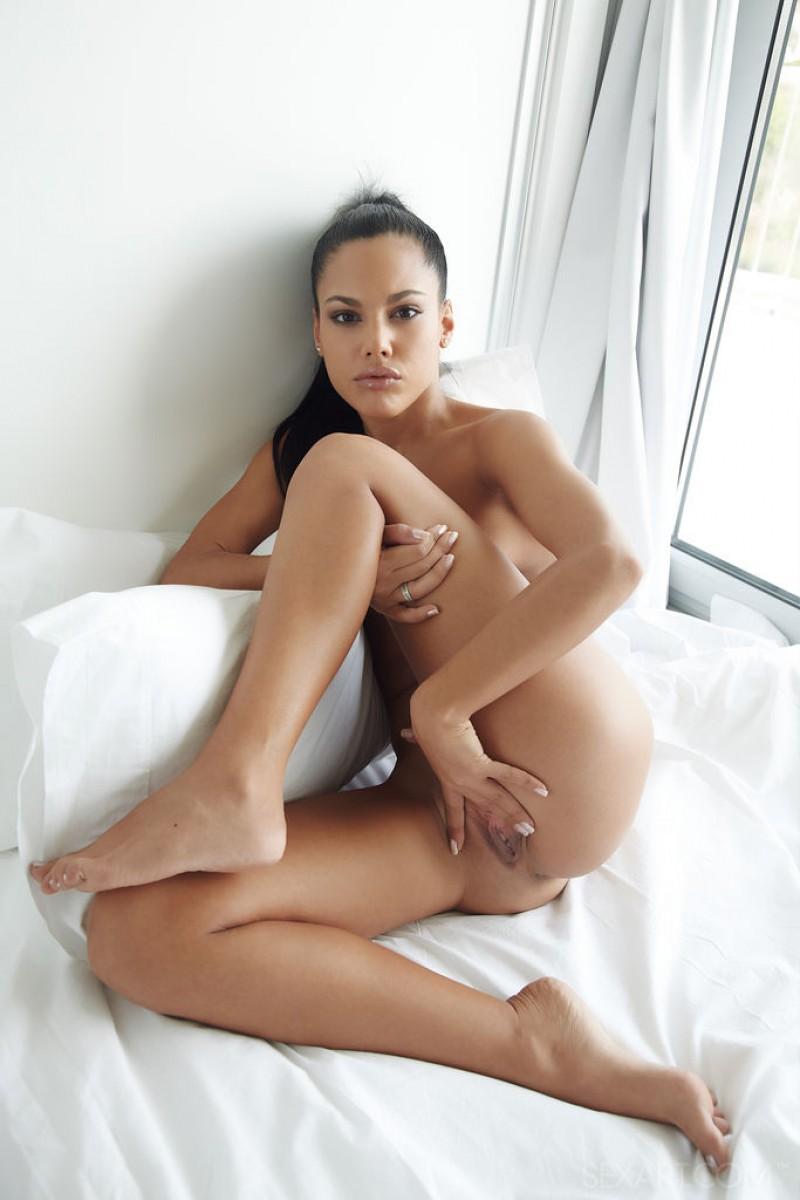 Apolonia Lapiedra Rubs her Perfect Pussy