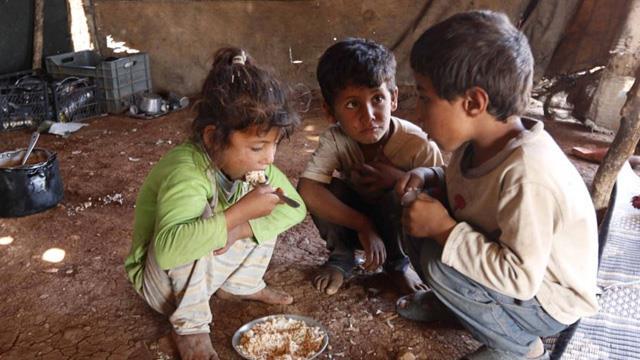 5,5 milyon Suriyeli açlık tehdidi altında ile ilgili görsel sonucu