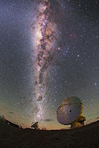 La Vía Láctea refulge brillante sobre ALMA