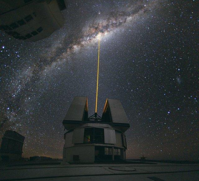 Un rayo láser hacia el centro de la Vía Láctea