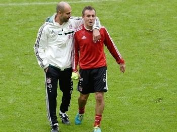 Rafinha é abraçado por Guardiola em treino no Bayern em 2013