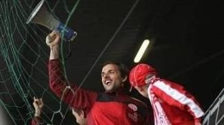 Thomas Tuchel com um megafone no meio da torcida do Mainz em 2010