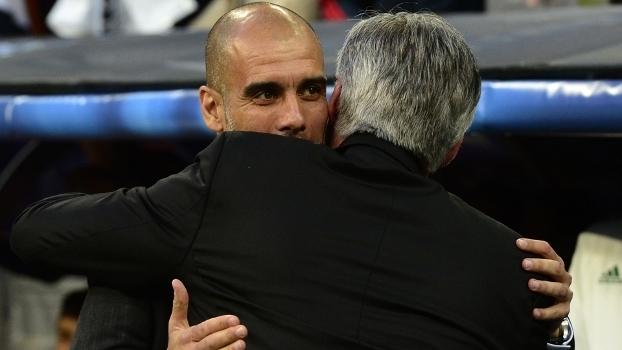 Guardiola, em ação pelo Bayern, abraça Ancelotti, então técnico do Real